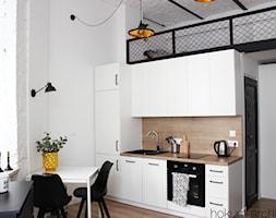 Małe mieszkanie z antresolą, 20m2. - Mała otwarta biała kuchnia jednorzędowa z oknem, styl industrialny - zdjęcie od hokum architekci