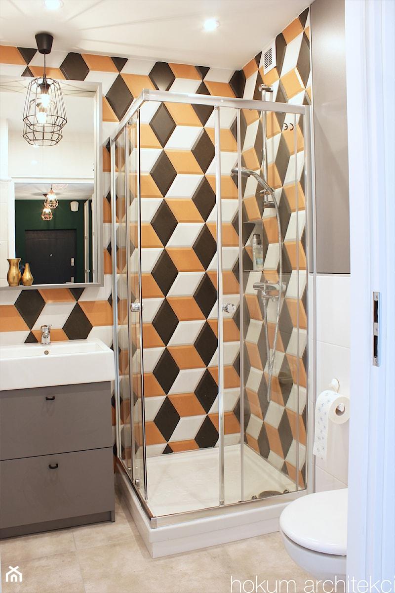 Kolorowe mieszkanie 55m2 - Mała łazienka w bloku w domu jednorodzinnym bez okna, styl skandynawski - zdjęcie od hokum architekci