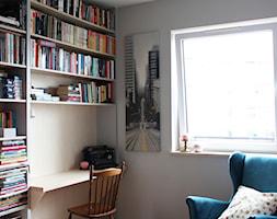 Mieszkanie w leśnym stylu, 80m2 - Małe beżowe białe biuro domowe w pokoju, styl skandynawski - zdjęcie od hokum architekci