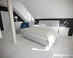 Dom w Łodzi, 200m2 - Duża biała czarna sypialnia małżeńska na poddaszu, styl skandynawski - zdjęcie od hokum architekci