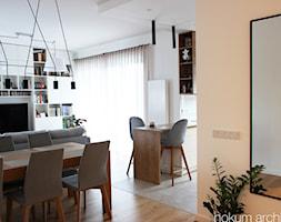 Mieszkanie z widokiem na wodę, 70m2 - Średni biały salon z bibiloteczką z jadalnią, styl skandynawski - zdjęcie od hokum architekci