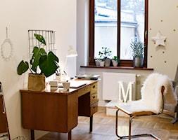 Stary dom w Milanówku pod Warszawą. - Małe białe biuro domowe kącik do pracy w pokoju, styl vintage - zdjęcie od Ms Baika