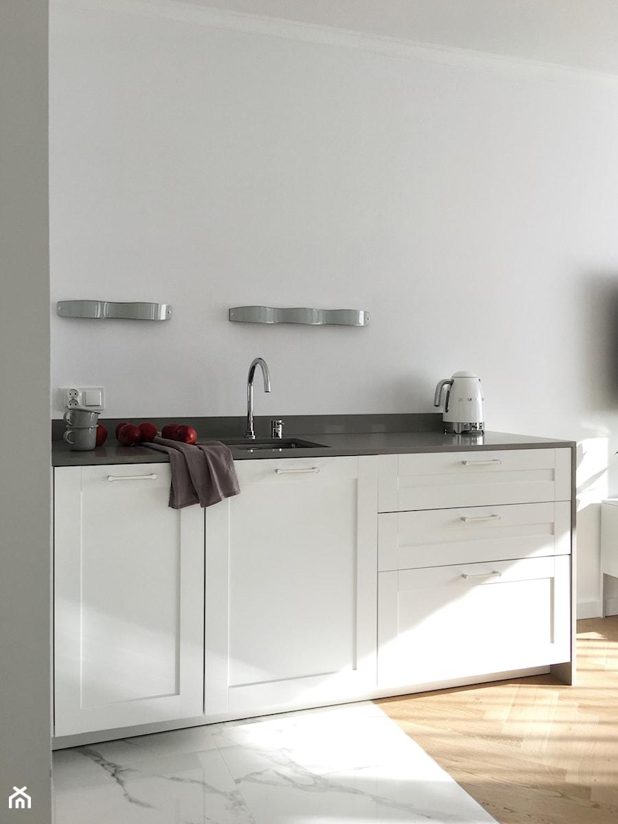 Konkurs O!Twórz Mieszkanie - Mała otwarta biała kuchnia jednorzędowa w aneksie z oknem, styl nowoczesny - zdjęcie od Porta Drzwi