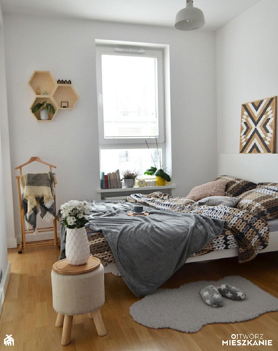 Inspiracje - Średnia biała sypialnia małżeńska, styl skandynawski - zdjęcie od Porta Drzwi