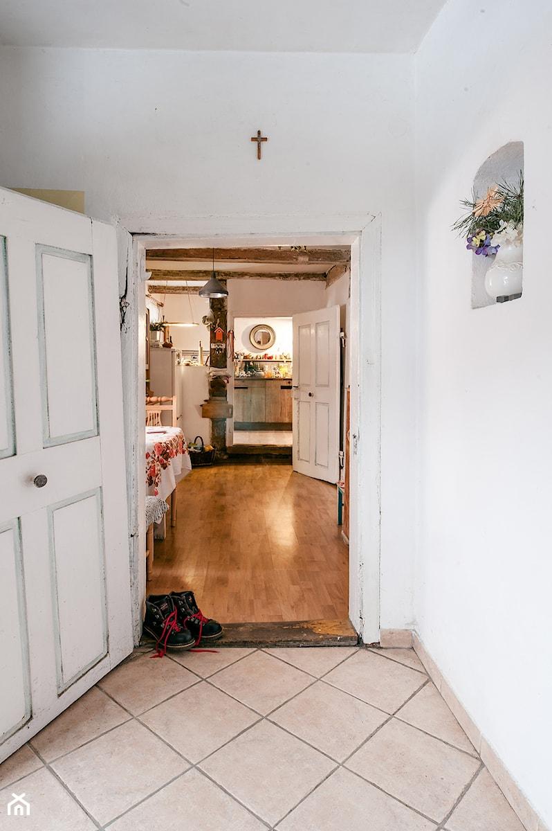 Konkurs O!Twórz Mieszkanie - Mały biały hol / przedpokój, styl rustykalny - zdjęcie od Porta Drzwi