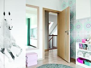 Inspiracje - Średni biały kolorowy pokój dziecka dla dziewczynki dla malucha, styl tradycyjny - zdjęcie od Porta Drzwi