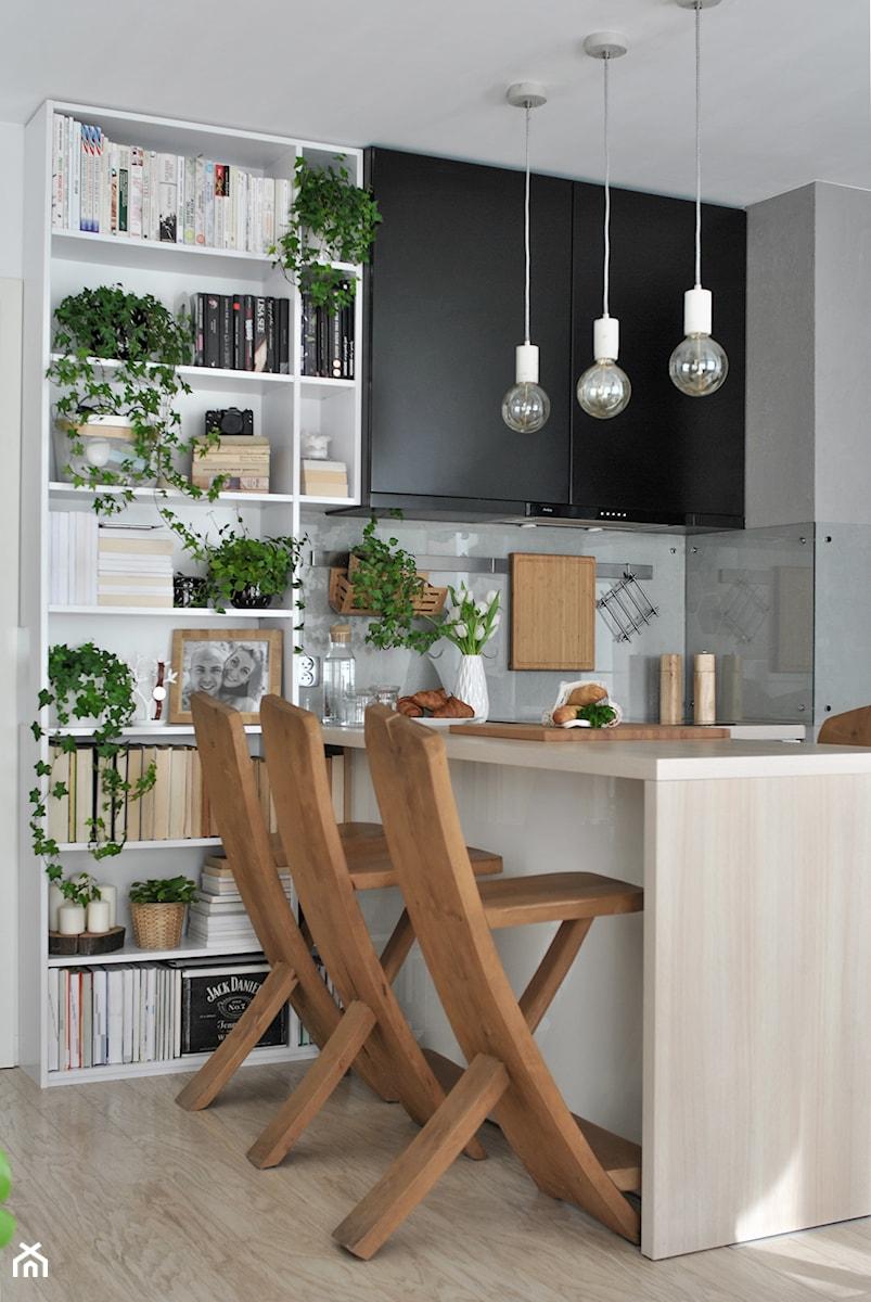 Konkurs O!Twórz Mieszkanie - Mała otwarta biała szara kuchnia w kształcie litery l w aneksie, styl skandynawski - zdjęcie od Porta Drzwi