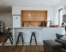 Konkurs O!Twórz Mieszkanie - Średnia otwarta biała kuchnia dwurzędowa z oknem, styl skandynawski - zdjęcie od Porta Drzwi