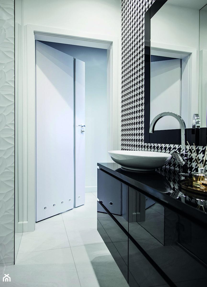Inspiracje - Mała biała łazienka na poddaszu w bloku w domu jednorodzinnym bez okna, styl glamour - zdjęcie od Porta Drzwi