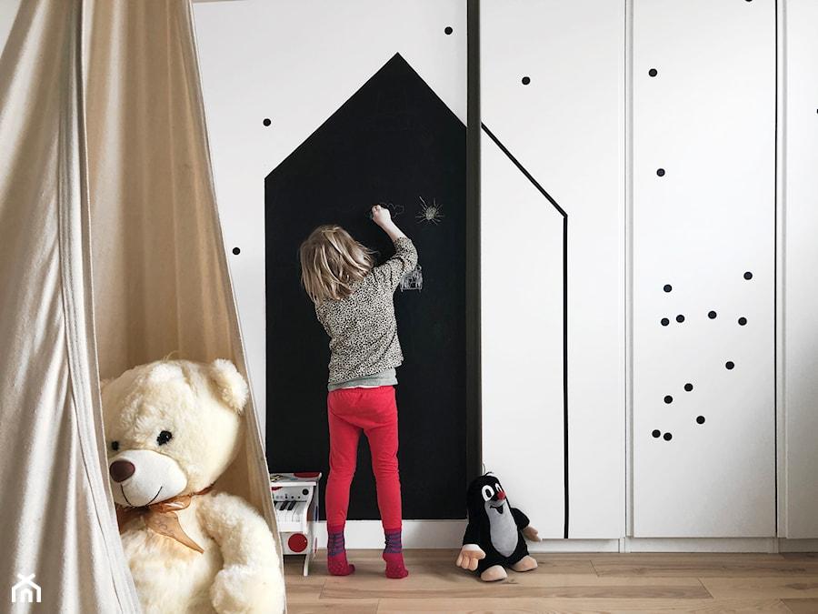 Konkurs O!Twórz Mieszkanie - Średni biały czarny pokój dziecka dla dziewczynki dla malucha - zdjęcie od Porta Drzwi