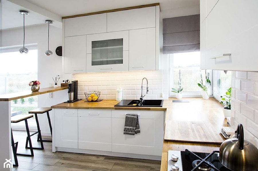 Konkurs O!Twórz Mieszkanie - Średnia otwarta biała kuchnia w kształcie litery g w aneksie z oknem, styl nowoczesny - zdjęcie od Porta Drzwi
