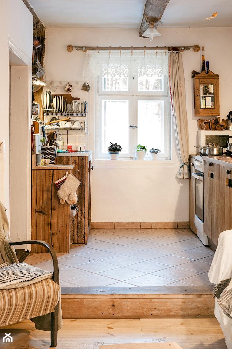 Konkurs O!Twórz Mieszkanie - Mała otwarta beżowa kuchnia dwurzędowa w aneksie z oknem, styl rustykalny - zdjęcie od Porta Drzwi