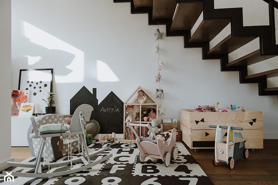 Konkurs O!Twórz Mieszkanie - Średni biały pokój dziecka dla dziewczynki dla malucha, styl skandynawski - zdjęcie od Porta Drzwi