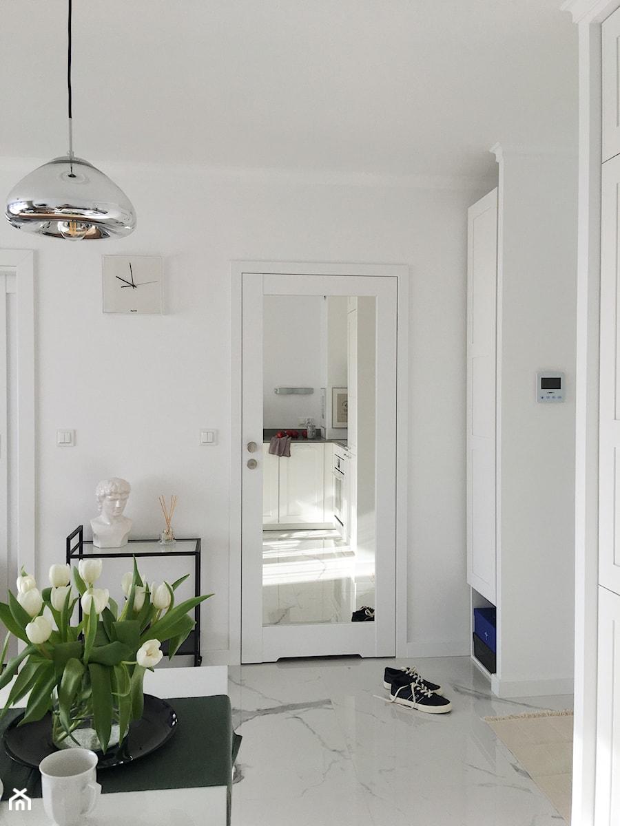 Konkurs O!Twórz Mieszkanie - Średni biały hol / przedpokój - zdjęcie od Porta Drzwi