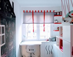 Inspiracje - Mały biały czarny pokój dziecka dla dziewczynki dla malucha, styl eklektyczny - zdjęcie od Porta Drzwi