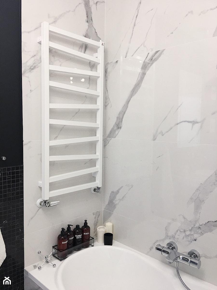 Konkurs O!Twórz Mieszkanie - Mała czarna szara łazienka w bloku w domu jednorodzinnym bez okna - zdjęcie od Porta Drzwi
