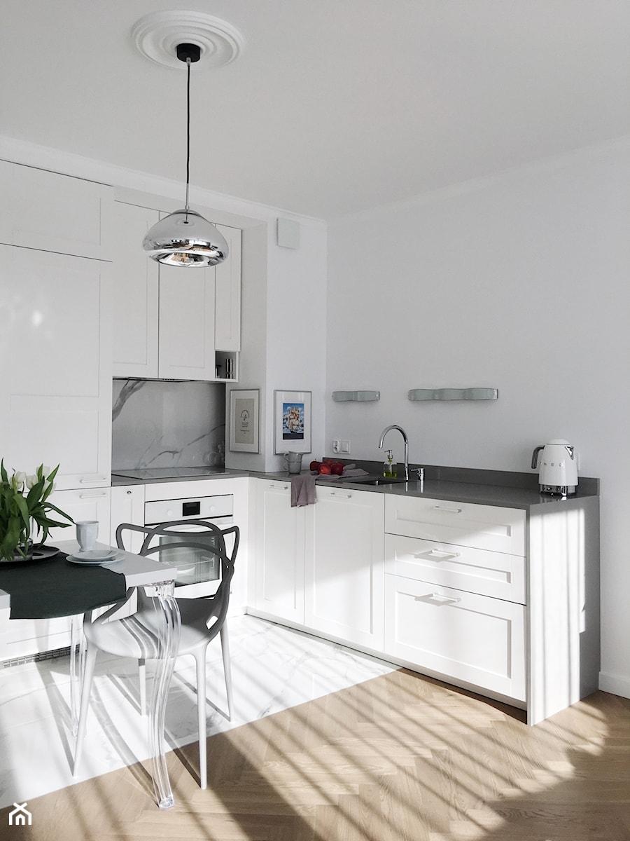 Konkurs O!Twórz Mieszkanie - Średnia otwarta biała czarna kuchnia w kształcie litery l, styl nowoczesny - zdjęcie od Porta Drzwi