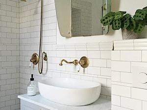 Konkurs O!Twórz Mieszkanie - Mała biała łazienka w bloku w domu jednorodzinnym bez okna, styl vintage - zdjęcie od Porta Drzwi
