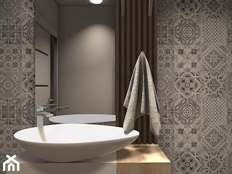 Aranżacje wnętrz - Łazienka: MIESZKANIE W CIEPŁYCH ODCIENIACH NATURY - Mała szara łazienka w bloku w domu jednorodzinnym bez okna, styl minimalistyczny - KRET'''KA PRACOWNIA PROJEKTOWA. Przeglądaj, dodawaj i zapisuj najlepsze zdjęcia, pomysły i inspiracje designerskie. W bazie mamy już prawie milion fotografii!