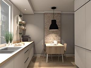 MIESZKANIE W CIEPŁYCH ODCIENIACH NATURY - Średnia otwarta biała szara kuchnia dwurzędowa w aneksie z oknem, styl minimalistyczny - zdjęcie od KRET'''KA PRACOWNIA PROJEKTOWA