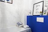 kobaltowa ściana w łazience