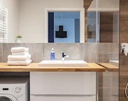 Gdańsk Motława - Mała szara łazienka na poddaszu w bloku w domu jednorodzinnym bez okna, styl nowoc ... - zdjęcie od juliarz - Homebook