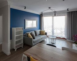 Gdańsk Motława - Mały biały niebieski salon z jadalnią, styl nowoczesny - zdjęcie od juliarz - Homebook