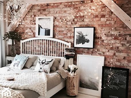 Aranżacje wnętrz - Sypialnia: Współpraca - Średnia czerwona sypialnia małżeńska, styl skandynawski - hakauuka. Przeglądaj, dodawaj i zapisuj najlepsze zdjęcia, pomysły i inspiracje designerskie. W bazie mamy już prawie milion fotografii!