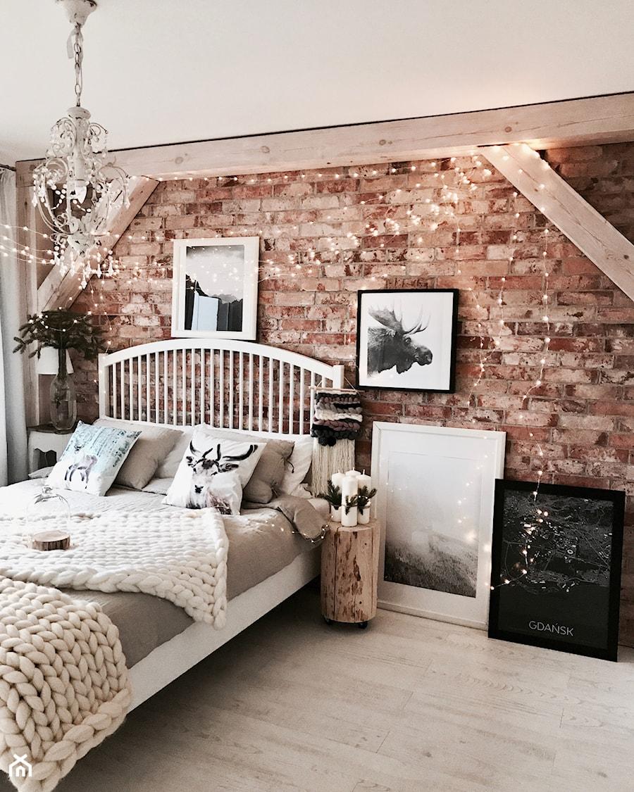 Współpraca - Średnia czerwona sypialnia małżeńska, styl skandynawski - zdjęcie od hakauuka