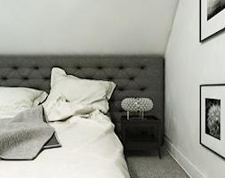 Dom Gdańsk Osowa 2 - Mała szara sypialnia małżeńska na poddaszu, styl nowoczesny - zdjęcie od Studio 23A