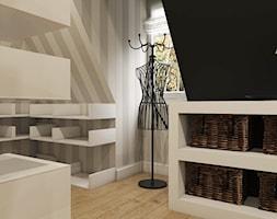 Dom Chwaszczyno - Średnia garderoba z oknem na poddaszu, styl eklektyczny - zdjęcie od Studio 23A