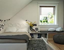 Dom Gdynia - Mały biały czarny pokój dziecka dla chłopca dla nastolatka, styl industrialny - zdjęcie od Studio 23A