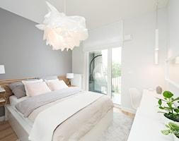 Mieszkanie pokazowe - Średnia biała szara sypialnia małżeńska, styl skandynawski - zdjęcie od www.galczynski.com - fotografia reklamowa - Homebook