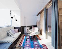 Dom przy plaży - Mały biały czarny salon z jadalnią - zdjęcie od ZUP-A
