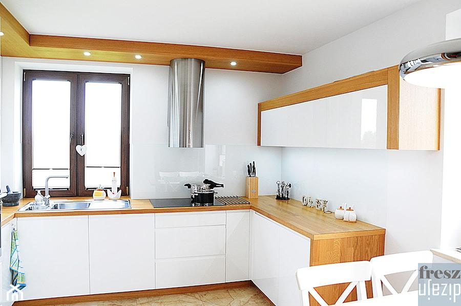 Biała kuchnia z drewnem  Duża otwarta kuchnia w   -> Kuchnia Nowoczesna Z Drewnem