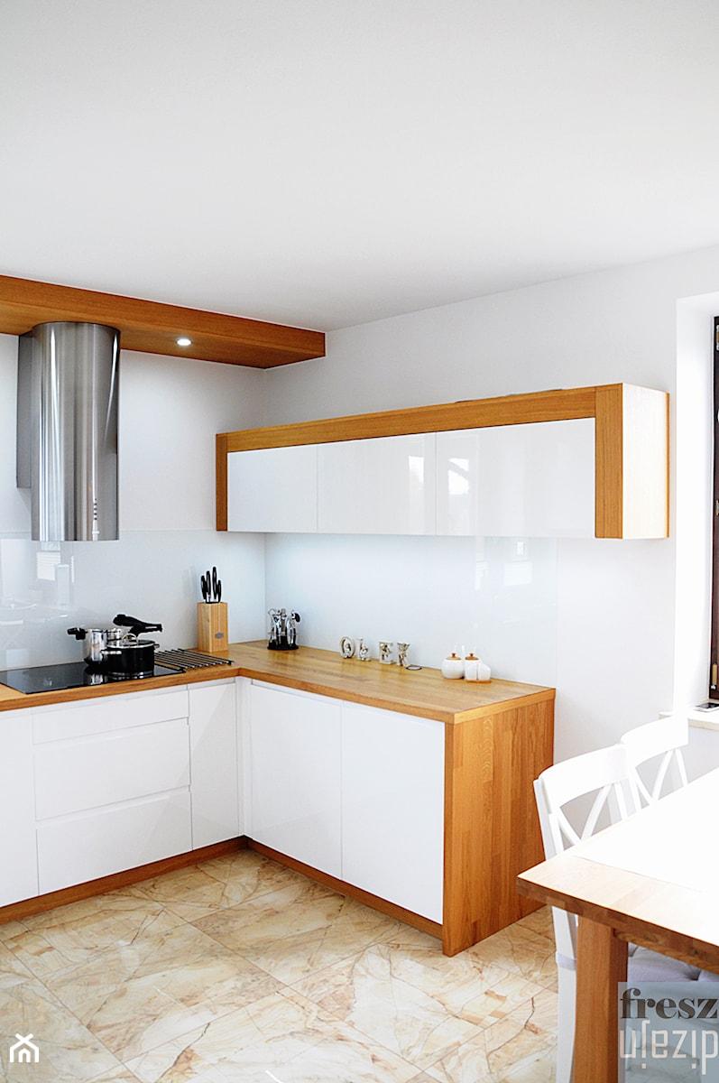 Biała kuchnia z drewnem  Średnia otwarta kuchnia w   -> Kuchnia Nowoczesna Z Drewnem