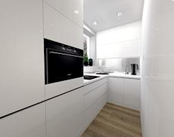 Biało-czarna kuchnia ze srebrnymi dodatkami - zdjęcie od sandroom