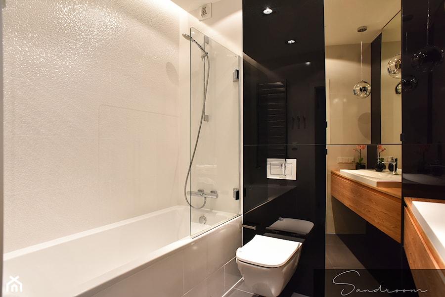Czarno Biała łazienka Ocieplona Drewnem Zdjęcie Od