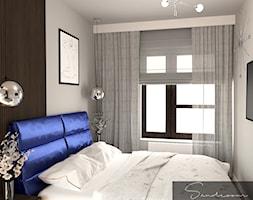 Sypialnia z granatowym, welurowym łóżkiem - zdjęcie od sandroom