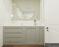 Łazienka z marmurem i złotymi akcentami - zdjęcie od sandroom - Homebook
