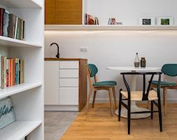 Mieszkanie dla singla - Mała otwarta biała jadalnia w kuchni - zdjęcie od Kąty Proste - Fotografia Wnętrz i Architektury