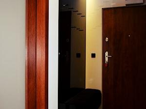 Zabudowa meblowa z siedziskiem tapicerowanym i miejscem na wieszanie ubrań - zdjęcie od ESENCJA MEBLE
