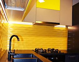 Kuchnia - Mała otwarta czarna żółta kuchnia w kształcie litery l, styl nowoczesny - zdjęcie od ESENCJA MEBLE