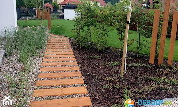 ścieżka w ogrodzie z drewna