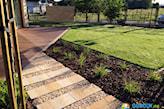 nowoczesna ścieżka w ogrodzie