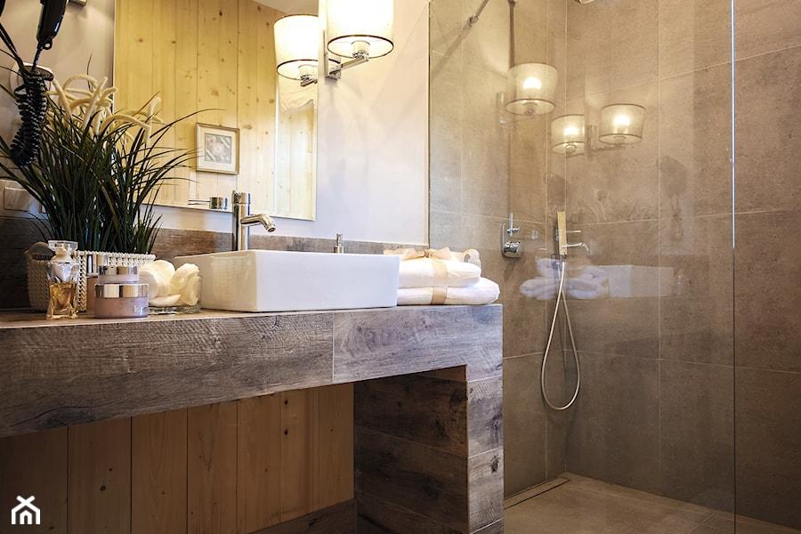 Domek Nad Potokiem Anna Olbrychtowicz - Mała beżowa łazienka w bloku w domu jednorodzinnym bez okna, styl rustykalny - zdjęcie od Domek nad potokiem