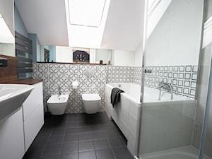 Dom w Bugaju - Średnia biała niebieska łazienka na poddaszu w domu jednorodzinnym z oknem, styl nowoczesny - zdjęcie od Pracownia Projektowa Małgorzata Roszczewska