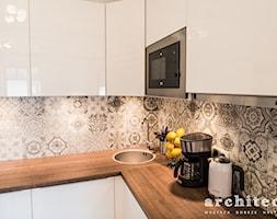Biała kuchnia + patchworkowe płytki. - zdjęcie od architecto