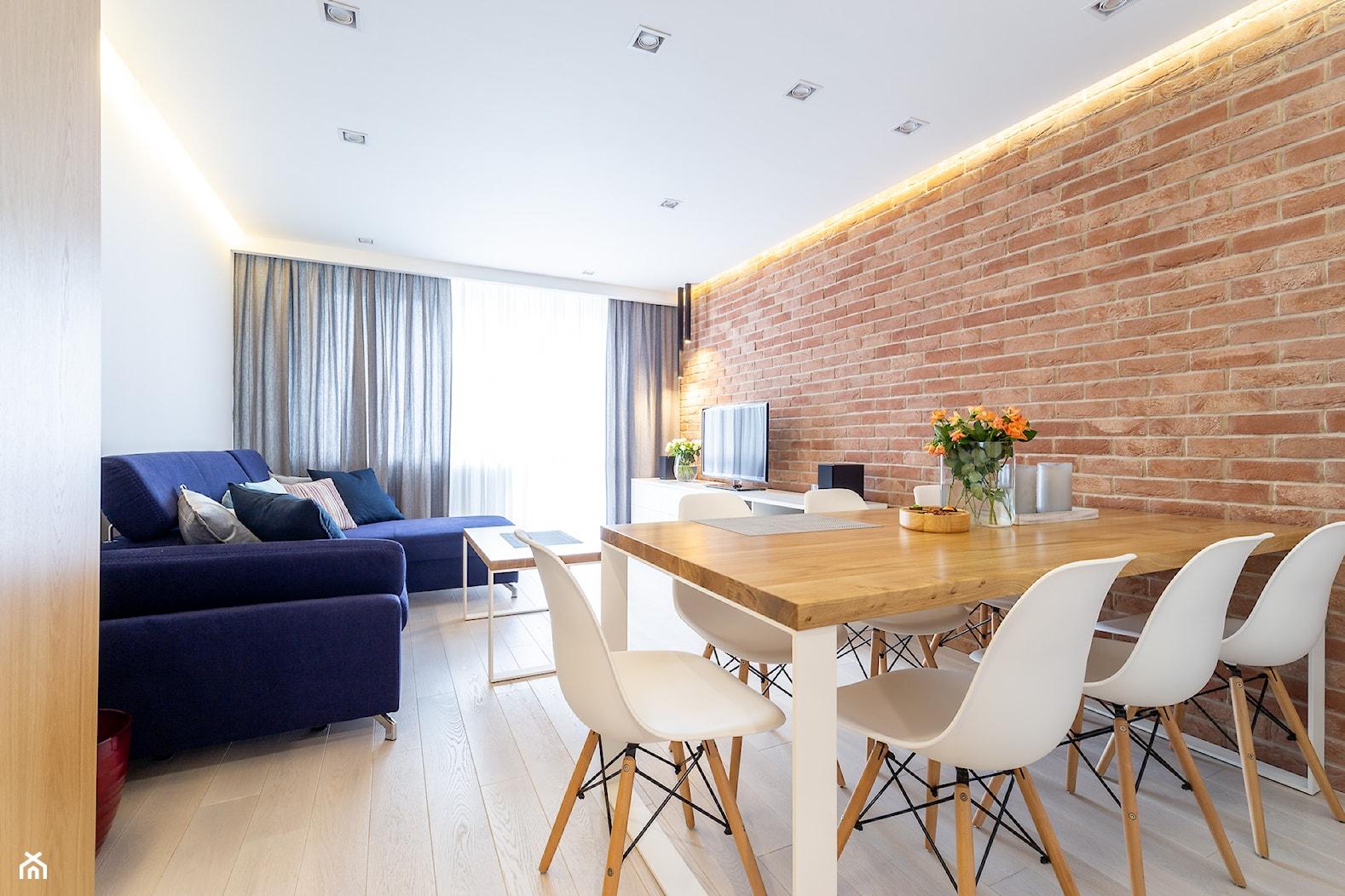 Realizacja projektu mieszkania w Zabrzu - Mały biały salon z jadalnią z tarasem / balkonem - zdjęcie od Wawoczny Architekt - Homebook