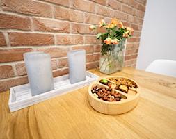 Realizacja projektu mieszkania w Zabrzu - Mała zamknięta szara jadalnia jako osobne pomieszczenie - zdjęcie od Wawoczny Architekt